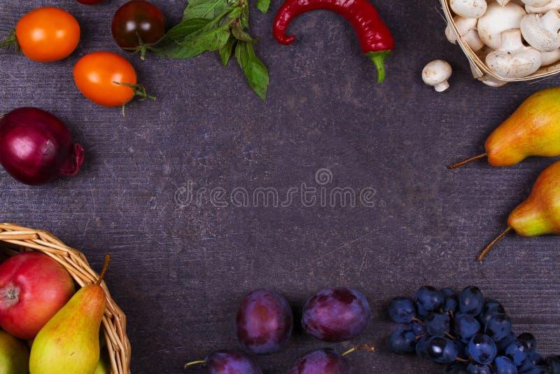 Fruits et légumes sur le fond en bois foncé image libre de droits