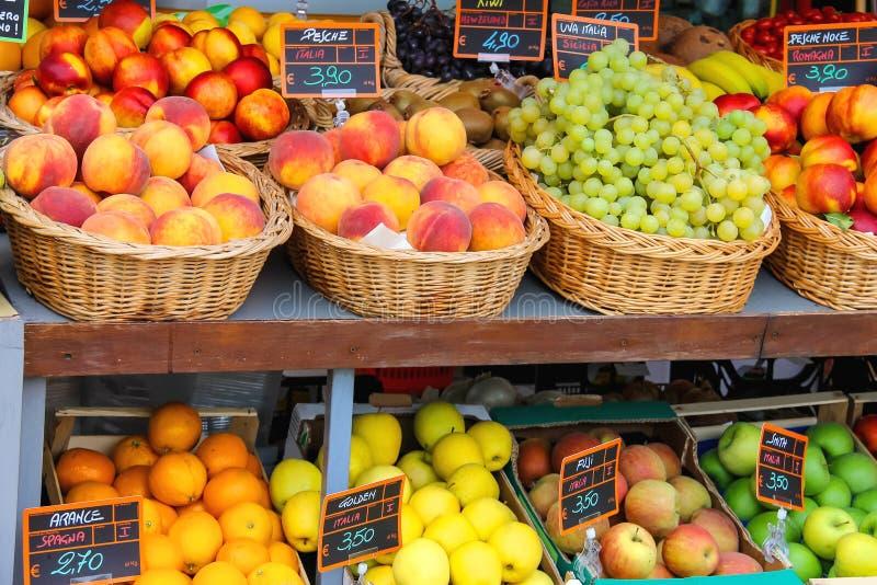Fruits et légumes sur le marché italien de ville photographie stock libre de droits