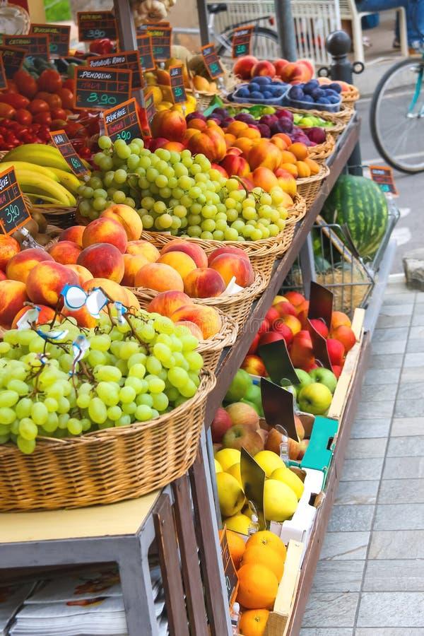 Fruits et légumes sur le marché italien de ville images libres de droits