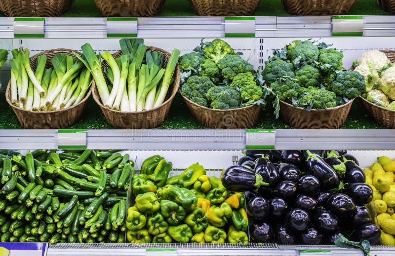 Fruits et légumes sur une étagère de supermarché photos libres de droits