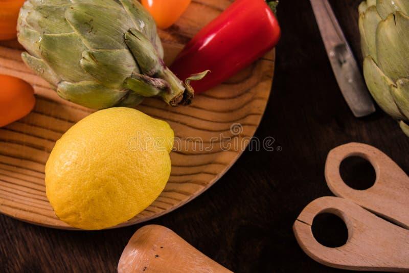Fruits et légumes sur une table rustique : citrons, courgette, poivrons photos stock