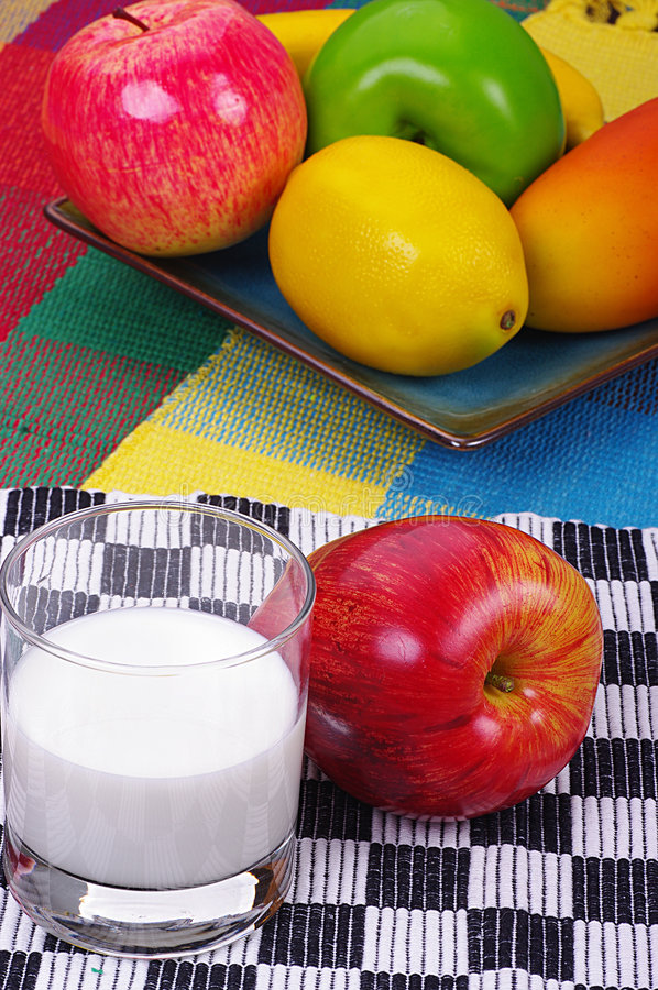 Fruits et lait photo stock