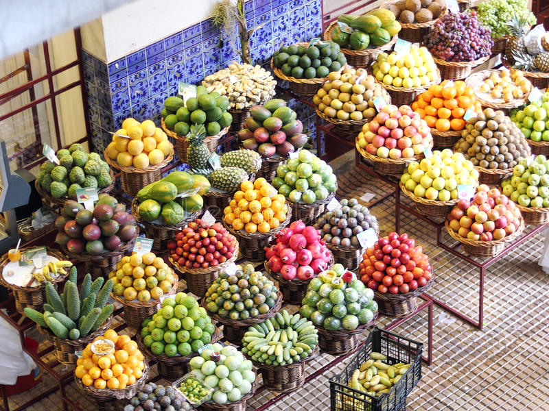 Fruits exotiques sur un marché d'agriculteurs en la Madère photos stock
