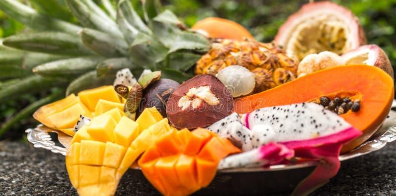 Fruits exotiques sur un plateau photographie stock libre de droits