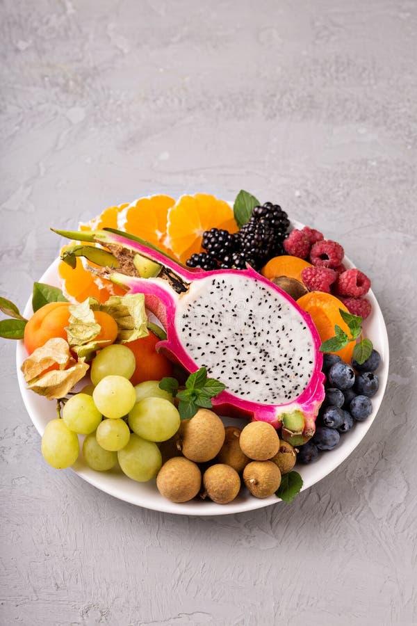 Fruits exotiques sur un plateau image stock