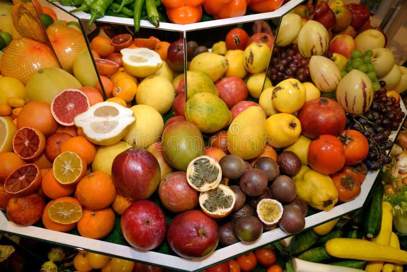 Fruits exotiques tropicaux Pamplemousses, kumquat, mangues, papayes, grenades, kakis, raisins, passiflore comestible de passiflor photographie stock libre de droits