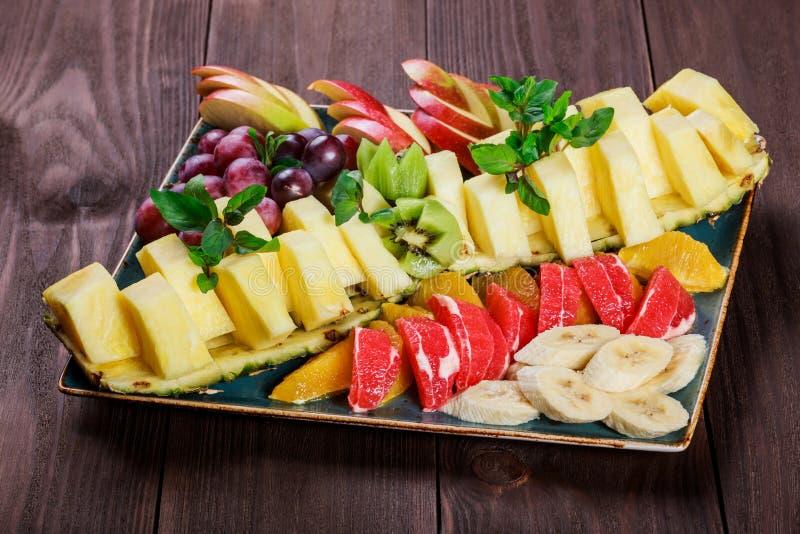 Fruits frais assortis de plat Apple, raisins, kiwi, ananas, pamplemousse, orange images libres de droits