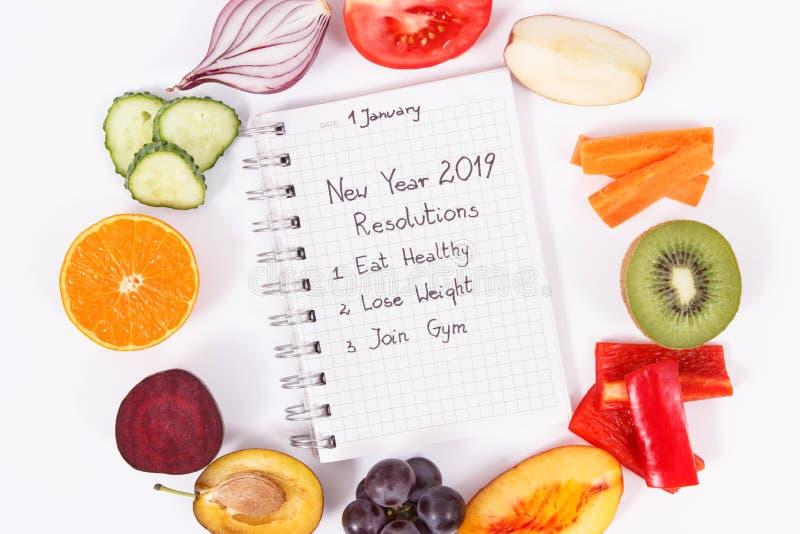 Fruits frais avec des légumes sur le fond blanc Modes de vie sains et résolutions de nouvelle année pour 2019 photo stock