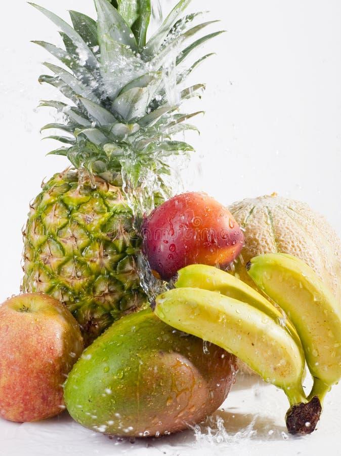 Fruits frais avec l'éclaboussure de l'eau images libres de droits