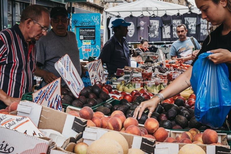 Fruits frais d'achats de femme dans la ruelle de brique, Londres, R-U photos libres de droits