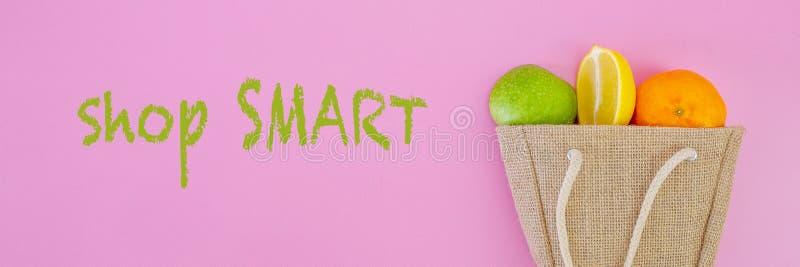 Fruits frais dans le sac à provisions avec le message textuel futé de magasin images stock