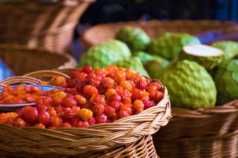 Fruits frais de cerise de Cayenne et d'anonna image stock