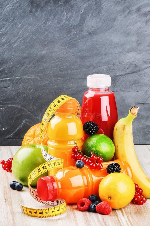 Fruits frais et divers jus images libres de droits