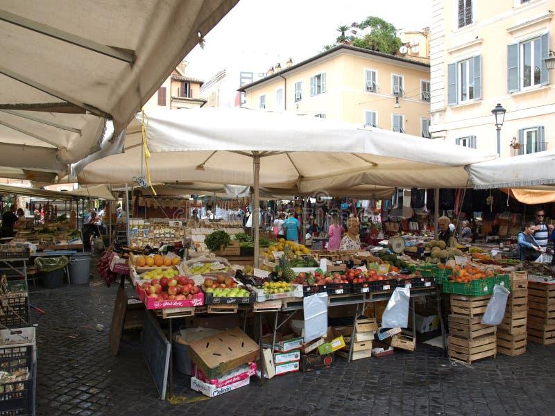 Fruits frais et légumes à vendre en Campo de Fiori, marché extérieur célèbre à Rome central image stock