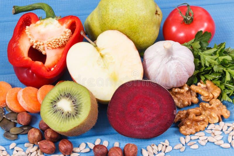 Fruits frais et légumes contenant des vitamines et des minerais La meilleure nourriture pour la goutte et la santé de reins photographie stock