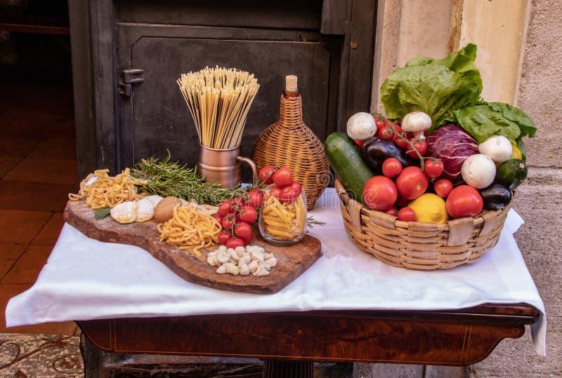 Fruits frais et légumes sur l'affichage à un restaurant italien photo libre de droits