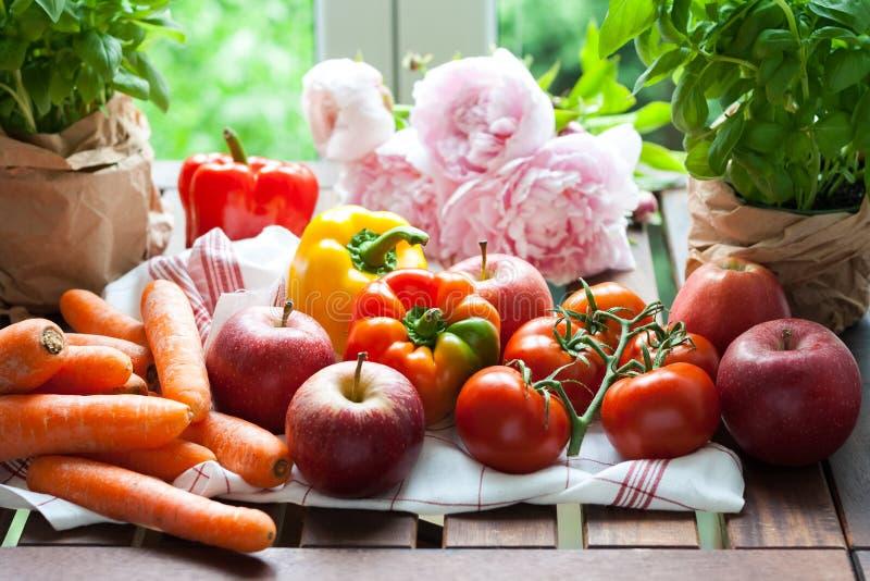 Fruits frais, légumes et fleurs images stock