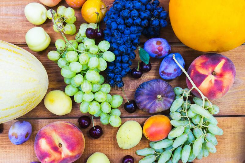 Fruits frais sur le compteur en bois d'un petit marché végétal photographie stock libre de droits