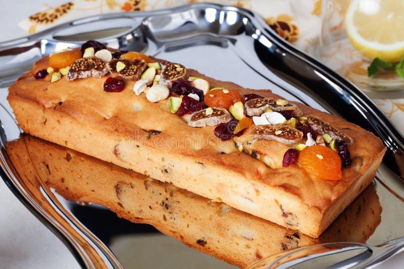 Fruits glacés de nourriture de gâteau de prune, écrous, secs photographie stock libre de droits