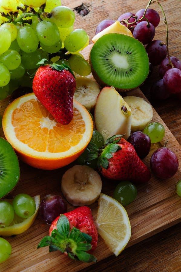 Fruits juteux sur un conseil en bois photographie stock