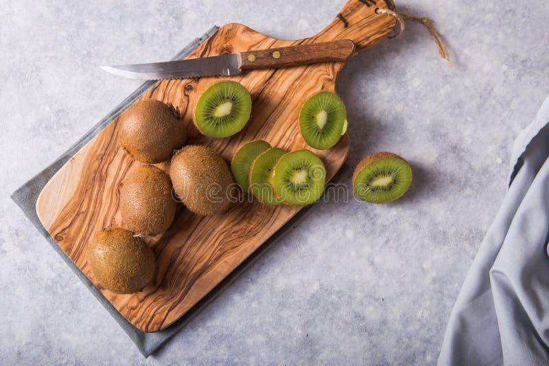 Fruits kiwi frais et juteux et demi en planche à découper goût sucré et aigre et riche en vitamine c et antioxydant photos stock