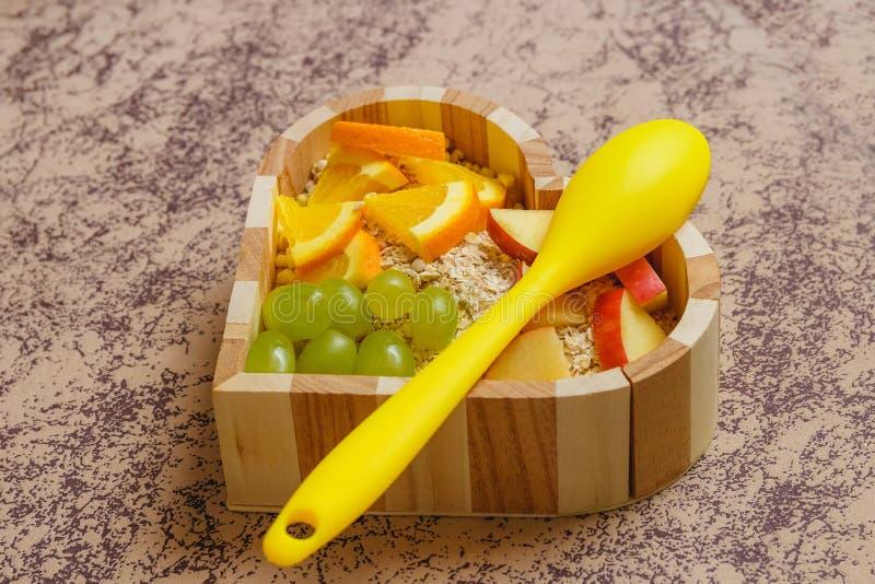 Fruits mélangés dans la cuvette en forme de coeur Concept sain de nourriture photographie stock