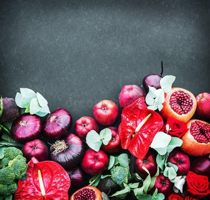 Fruits mûrs de grenade, pommes et belles roses sur un b noir images stock