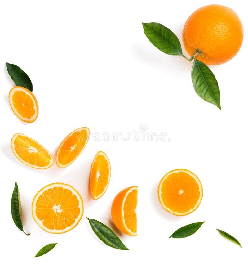 Fruits oranges coupés en tranches et entiers photo libre de droits