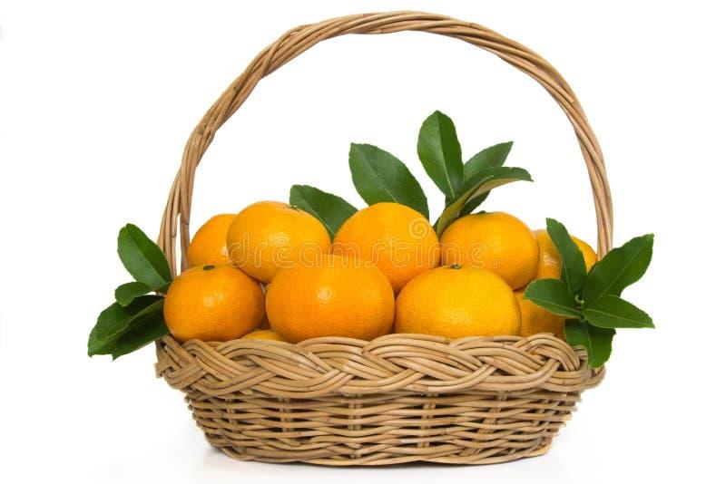 Fruits oranges de Madarin dans un panier en osier. photo stock