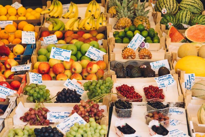 Fruits organiques frais sur le marché en plein air d'agriculteurs à Munich photo libre de droits