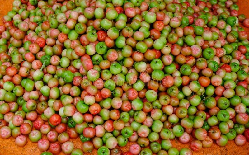 Fruits rouges d'acerola de glabra de malpighie photographie stock libre de droits