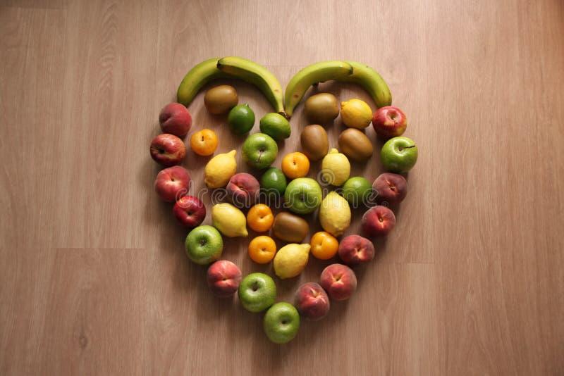 Fruits sains de coeur avec des pommes, des citrons, des abricots et des pêches photos stock