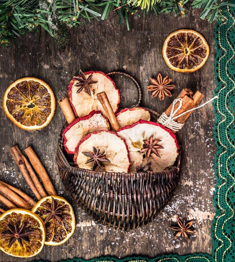 Fruits secs d'hiver avec les bâtons de cannelle et le ruban de dentelle image stock