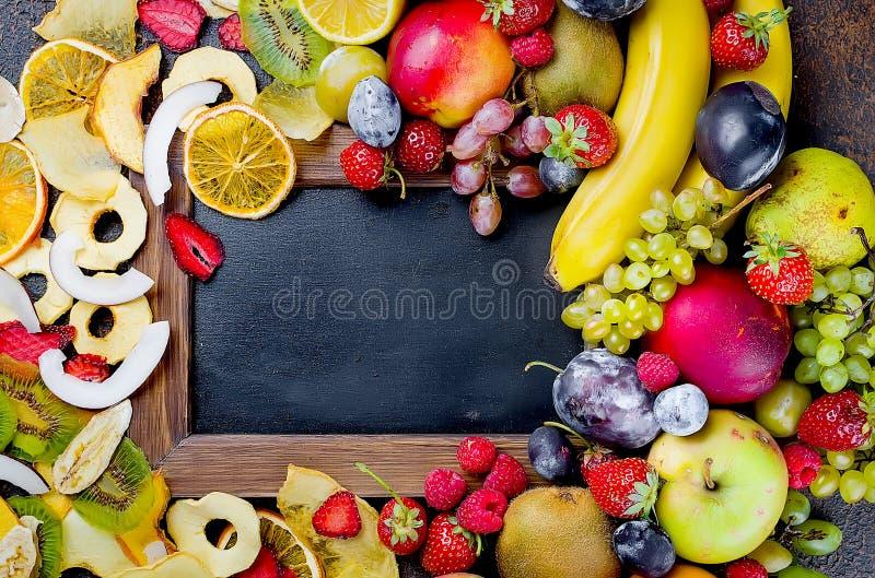 fruits secs et crus sur le fond foncé image stock