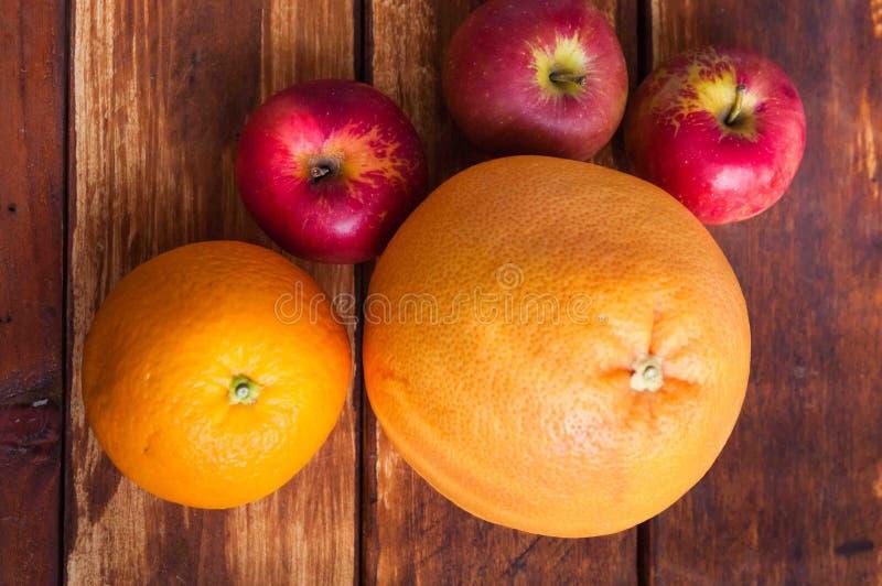 Fruits sur le fond en bois images libres de droits