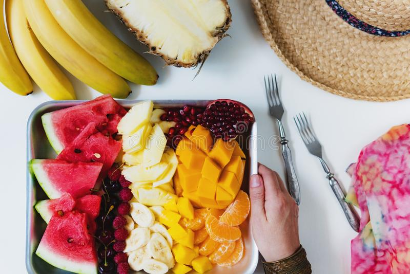 Fruits tropicaux color?s sur le plateau de portion Alimentation saine d'?t?, petit d?jeuner de vegan photo stock