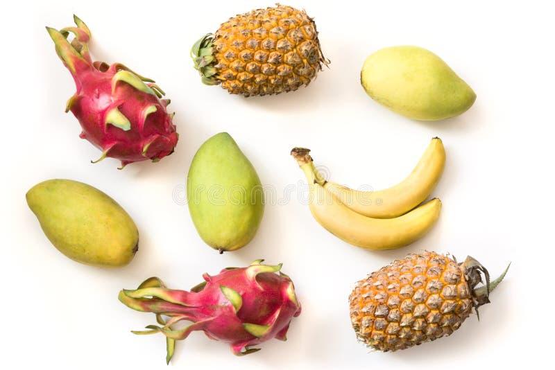 Fruits tropicaux d'isolement Ananas, banane, fruit de pitaya et mangue d'isolement sur le fond blanc avec le chemin de coupure photo libre de droits