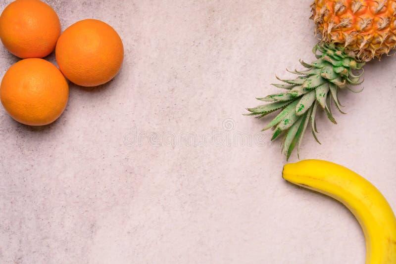 Fruits tropicaux et saisonniers d'été Les oranges et les bananes d'ananas ont arrangé dans le coin des milieux, mode de vie sain  photo libre de droits