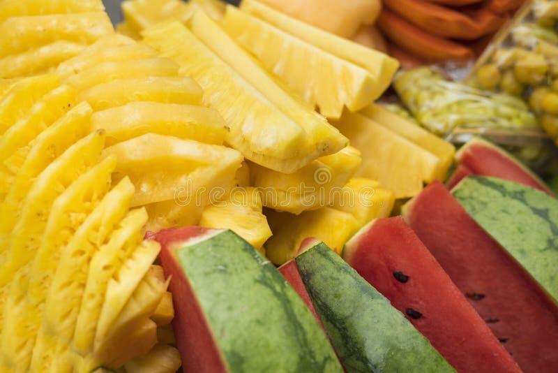 Fruits tropicaux Glissières préparées d'ananas et de pastèque images libres de droits