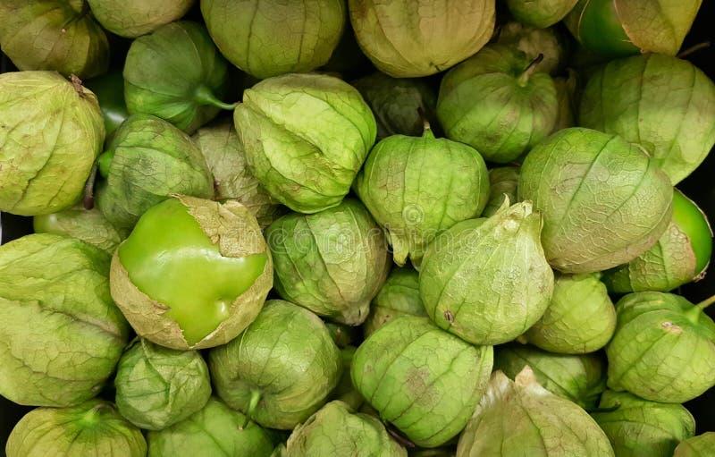 Fruits verts de Tomatillo sur un support du marché image stock