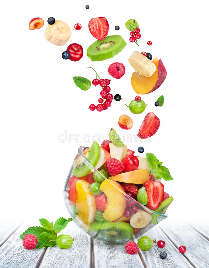 Fruitsalade in glaskom met ingrediënten in de lucht royalty-vrije stock foto