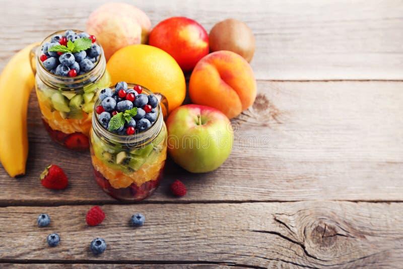 Fruitsalade in kruiken stock afbeeldingen