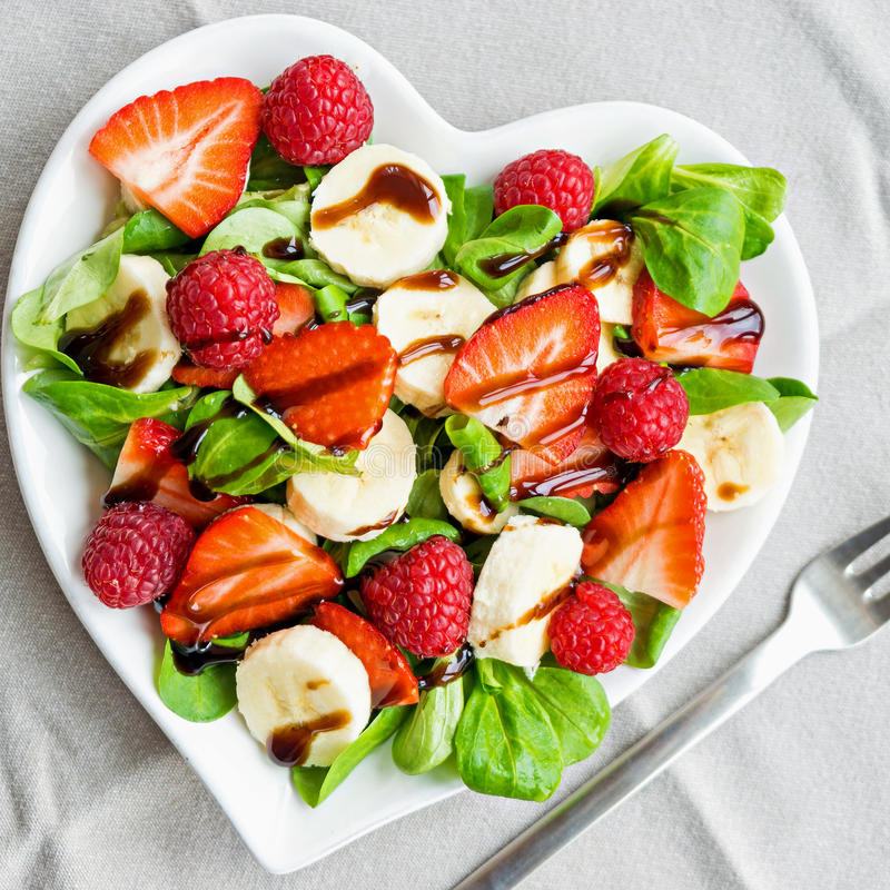 Fruitsalade met saladegreens royalty-vrije stock foto