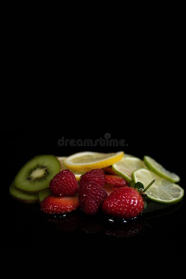 Fruitselectie op een zwarte achtergrond stock foto's