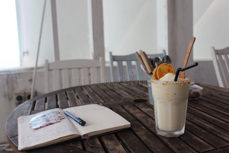 Fruitshake no café, diário do curso fotografia de stock royalty free