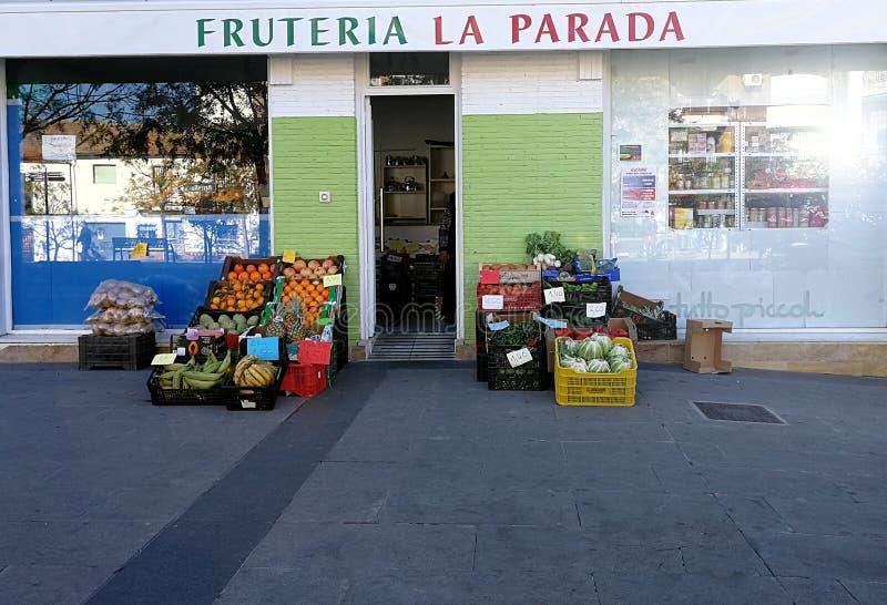 Fruitwinkel met fruit op de straat royalty-vrije stock afbeelding