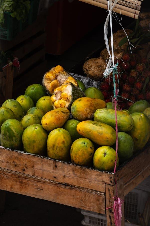 fruitwinkel op de traditionele markt in jakarta, Indonesië stock foto