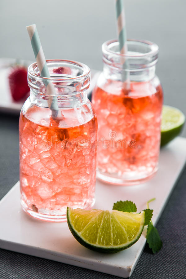 Fruity θερινά ποτά με τους κύβους πάγου στα σύγχρονα μπουκάλια στοκ φωτογραφία με δικαίωμα ελεύθερης χρήσης
