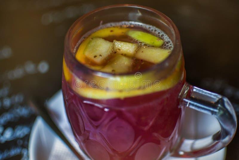Fruity душистый чай с яблоками и апельсинами стоковые фотографии rf