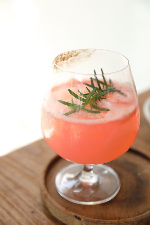 Fruity Vodka Party Punch sobre mesa de madera imagen de archivo